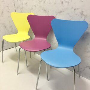 Vintagestühle-7.123-bunt-gelb-rot-blau-Möbel-Upcycling-AnnisArtandLiving