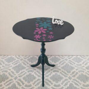Anni's Art and Living-Tisch-Upcycling-Möbel-Wien-restaurierung-Blumentisch-Beistelltisch-farbenfroh-nachhaltig-Möbelunikat