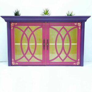 Anni's Art and Living-Vitrine-Hängevitrine-Orchidee-Violett-Pink-Möbel-Upcycling-Wien-Interiordesign-Barock-Artdeco-Designmöbel